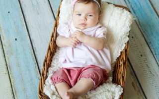 Когда малыша можно присаживать на попу